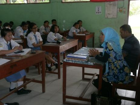 Dahwani Fitri dan Gustan (Komisioner KPU Kota Tanjungbalai) menyampaikan Arahan dihadapan para siswa dan siswi